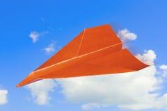 Het vliegtuig van het document tegen hemel met wolken. Stock Fotografie