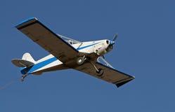 Het vliegtuig van het slepen stock afbeelding