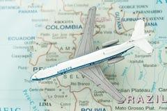 Het Vliegtuig van het stuk speelgoed op Kaart van Brazilië en Zuid-Amerika Royalty-vrije Stock Afbeeldingen
