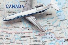 Het Vliegtuig van het stuk speelgoed op Kaart van Canada Royalty-vrije Stock Foto
