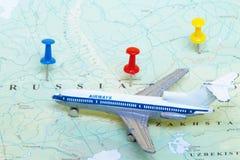 Het Vliegtuig van het stuk speelgoed op Kaart van Rusland royalty-vrije stock afbeelding