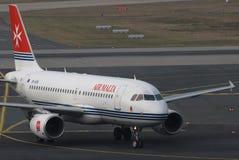 Het vliegtuig van Malta van de lucht het taxi?en Stock Afbeelding