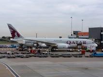 Het vliegtuig van Qatar in schiphol royalty-vrije stock foto's
