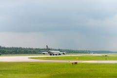 Het vliegtuig van Singapore Airlines versnelt op luchthavenbaan Stock Afbeeldingen