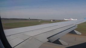 Het vliegtuig versnelt voor start stock video