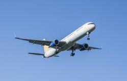 Het vliegtuig verwijdert uit blauwe hemel Stock Foto's