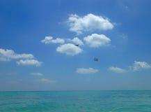Het vliegtuig vliegt advertentie over Atlantische Oceaan bij het Strand van Miami Royalty-vrije Stock Foto's
