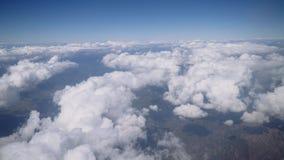 Het vliegtuig vliegt boven de wolken, de mening van het venster stock videobeelden