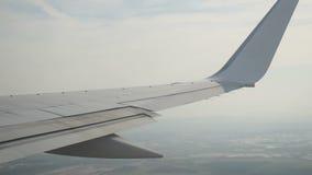 Het vliegtuig vliegt in de hemel stock video