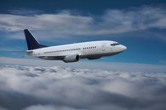 Het vliegtuig vliegt hoog Stock Afbeelding