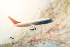 Het vliegtuig vliegt hoog boven de stad Royalty-vrije Stock Afbeelding