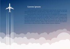 Het vliegtuig vliegt omhoog tegen de achtergrond van wolken Royalty-vrije Stock Foto