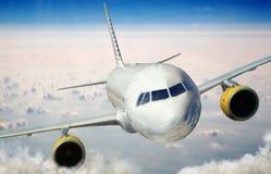 Het vliegtuig vliegt op de hemel Royalty-vrije Stock Foto