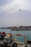 Het vliegtuig vliegt over de haven van Heraklion Royalty-vrije Stock Afbeelding
