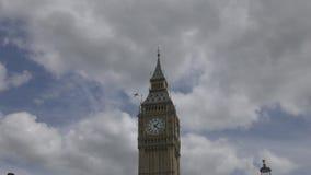 Het vliegtuig vliegt over de toren van Big Ben stock footage