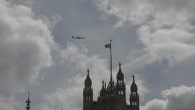 Het vliegtuig vliegt over de vlag van Groot-Brittannië stock video
