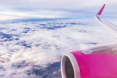 Het vliegtuig (vliegtuigen) is in de hemel Wolken over grond, horizon Royalty-vrije Stock Foto