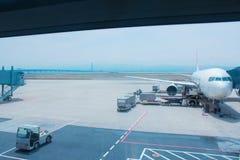Het vliegtuig wacht om passagiers op te nemen stock afbeelding
