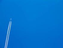 Het vliegtuig was in de blauwe hemel (2) stock afbeelding