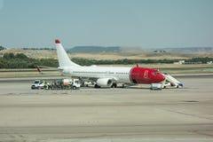 Het vliegtuig wordt onderhouden door de grondbemanning Vliegtuig worden die die voor start voorbereidingen wordt getroffen royalty-vrije stock afbeelding