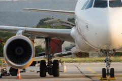 Het vliegtuig wordt onderhouden door de grondbemanning Vliegtuig worden die die voor start voorbereidingen wordt getroffen royalty-vrije stock foto