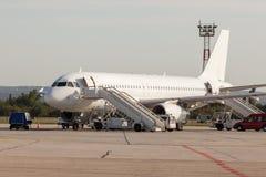 Het vliegtuig wordt onderhouden door de grondbemanning Vliegtuig worden die die voor start voorbereidingen wordt getroffen royalty-vrije stock afbeeldingen