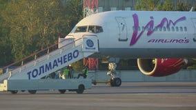 Het vliegtuig wordt voorbereid op het slepen stock videobeelden