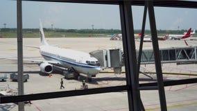 Het vliegtuig wordt voorbereid op start stock footage