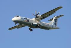 Het vliegtuigenatr 72-500 (oh-ATN) bedrijf Noords Flybe alvorens bij de luchthaven Pulkovo te landen stock fotografie