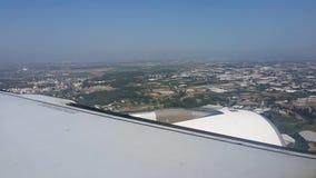 Het vliegtuigland boven de stad stock footage