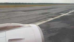 Het vliegtuigland op de baan Weergeven van de vleugel met de turbine van de vliegtuigen Het schieten op de telefoon timelapse stock video