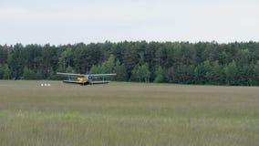 Het vliegtuigland op het landen - slowmotion 60fps stock videobeelden