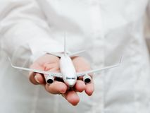 Het vliegtuigmodel van de bedrijfspersoonsholding. Vervoer, vliegtuigindustrie, luchtvaartlijn Stock Foto's