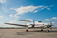 Het vliegtuigparkeren van de propeller bij luchthaven Stock Foto's