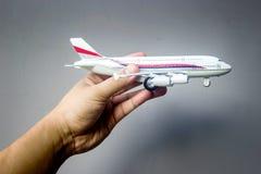 het vliegtuigstuk speelgoed van de handgreep Stock Fotografie