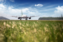 Het vliegtuigvlieg van de passagier omhoog over startbaan Royalty-vrije Stock Foto