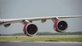 Het vliegtuigwiel in een landingsgestel met motieonduidelijk beeld, sluit omhoog van vliegtuigenwiel bij de hangaar, Vliegtuigwie stock videobeelden