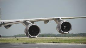 Het vliegtuigwiel in een landingsgestel met motieonduidelijk beeld, sluit omhoog van vliegtuigenwiel bij de hangaar, Vliegtuigwie stock footage