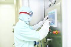 Het vloeibare bedsysteem van arbeiders werkend pharma Royalty-vrije Stock Afbeeldingen
