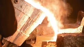Het vloeibare metaal wordt gegoten in vorm stock video
