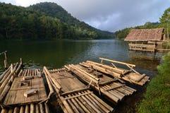 Het Vlot en de plattelandshuisjes van het bamboe op het water Stock Afbeeldingen