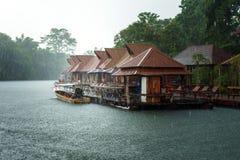 Het vlot op de rivier van Thailand op regenend gebied Stock Foto's