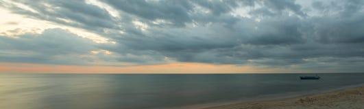 Het vlotte overzees met een eenzame boot Stock Foto's
