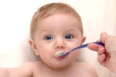 Het voeden tijd voor Baby Stock Foto's