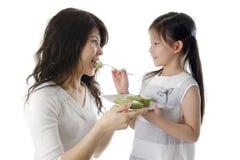 Het voeden van cake voor mamma's Stock Fotografie
