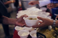 Het voeden van de armen aan handen van een bedelaar Armoedeconcept royalty-vrije stock afbeeldingen