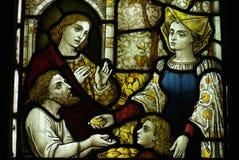 Het voeden van de armen (goede akte) in gebrandschilderd glas royalty-vrije stock foto's