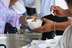 Het voeden van de armen om honger te verminderen Geef concept royalty-vrije stock fotografie