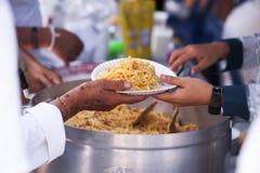 Het voeden van de armen om honger te verminderen Geef concept royalty-vrije stock afbeelding