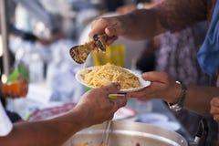 Het voeden van de armen om honger te verminderen Geef concept stock afbeeldingen